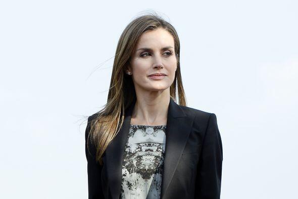 Doña Letizia eligió para la ocasión un vestido de guipur negro y seda nu...