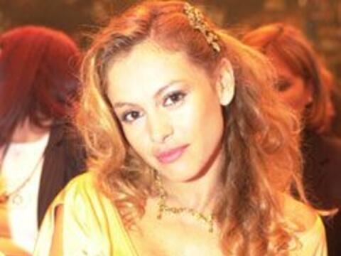 Paulina, llegó entre dorada y ligera...de ropa. La cantante fue c...