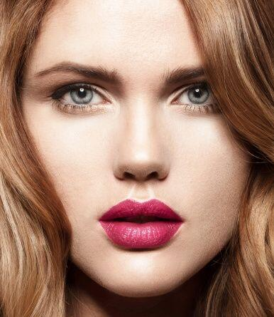 Los labios en color fucsia o tonos burdeos predominan en los maquillajes...
