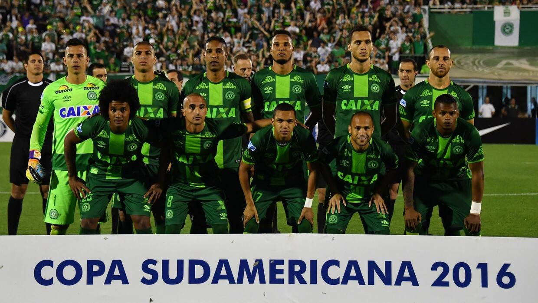 En un minuto: la Conmebol decidió coronar al Chapecoense campeón de la C...