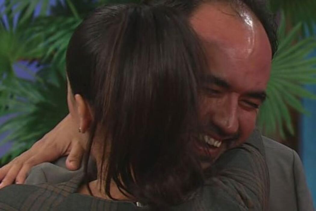"""""""Muchas gracias mi amor"""", le decía Karla a su esposo al oído."""