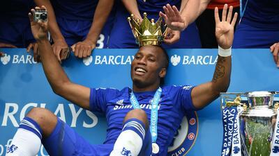 Didier Drogba celebra el título de la Premier League con el Chelsea