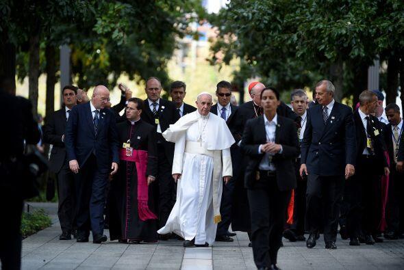 El arribo del líder de la iglesia católica al servicio multirreligioso.