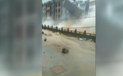 Lluvias torrenciales en China provocan derrumbe de edifico de cuatro pisos