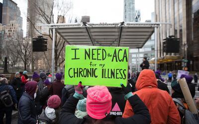 Un activista durante una manifestación en abril a favor de mantener Obam...
