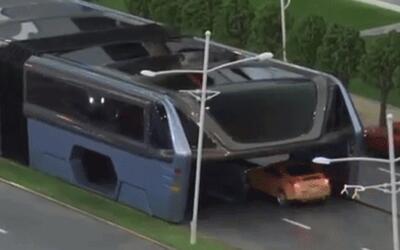 El bus futurista que anda por encima de los autos