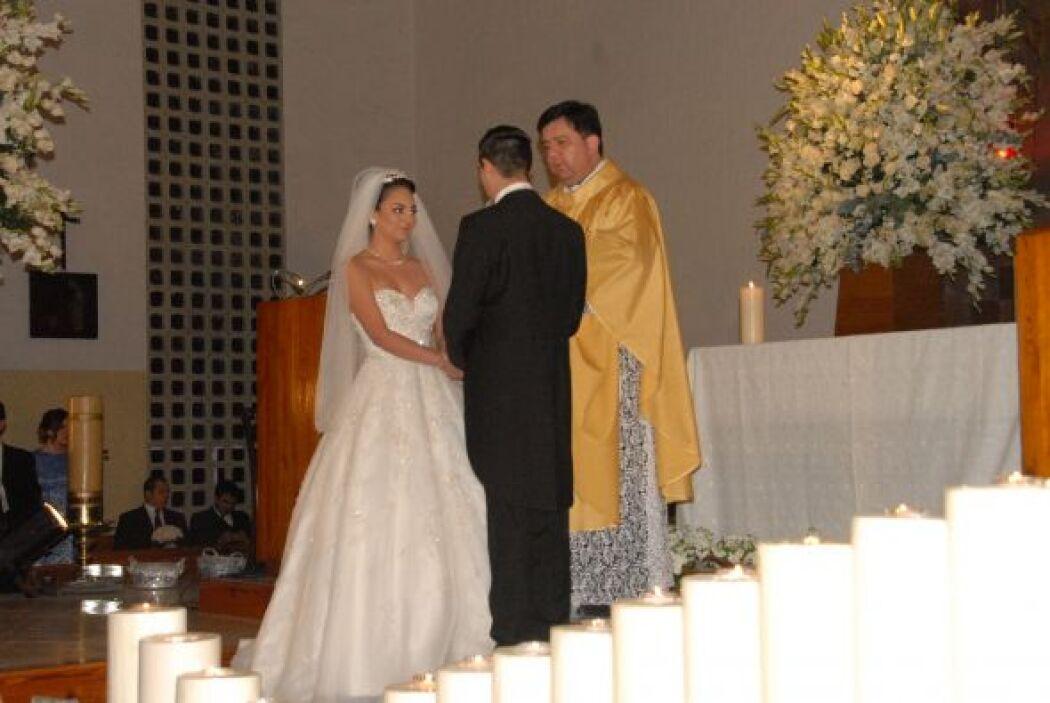 Los novios se tomaron de la mano para jurarse ante Dios amor eterno.