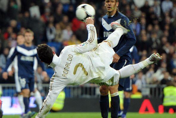 Cristiano Ronaldo intentó de diversos modos hacer su gol, el cual logró...