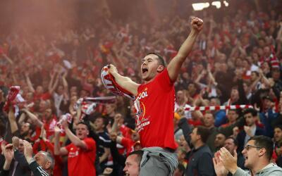Aficionados de Liverpool y Sevilla pelean