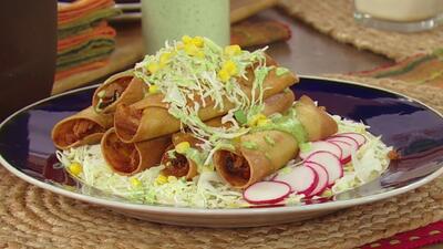 Carlos de la Mota y Jomari prepararon Tacos Dorados en La Cocina de Karla