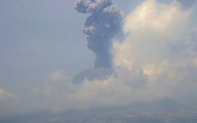 El volcán Popocatépetl explotó nuevamente el martes arrojando una gran c...