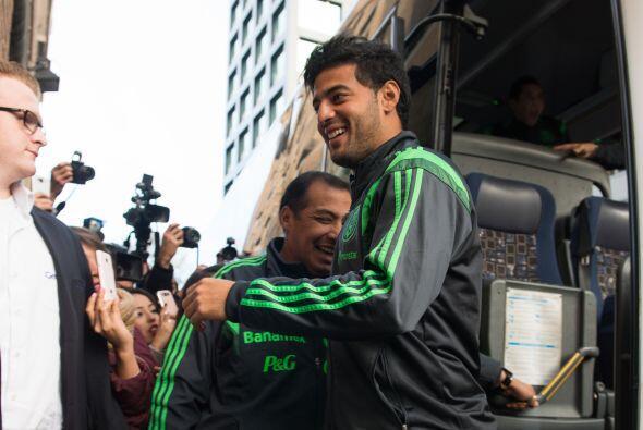 Carlos Vela fue de lso mpas buscados por la prensa al bajar del autobús.