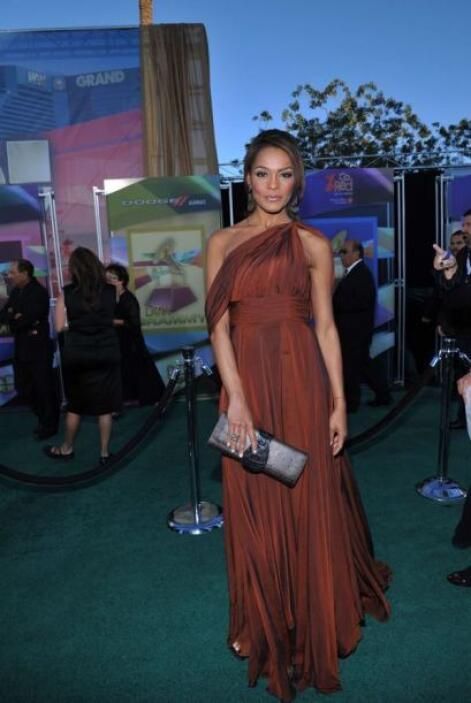 Ilia desfiló como toda una experta del glamour durante la alfombra roja...