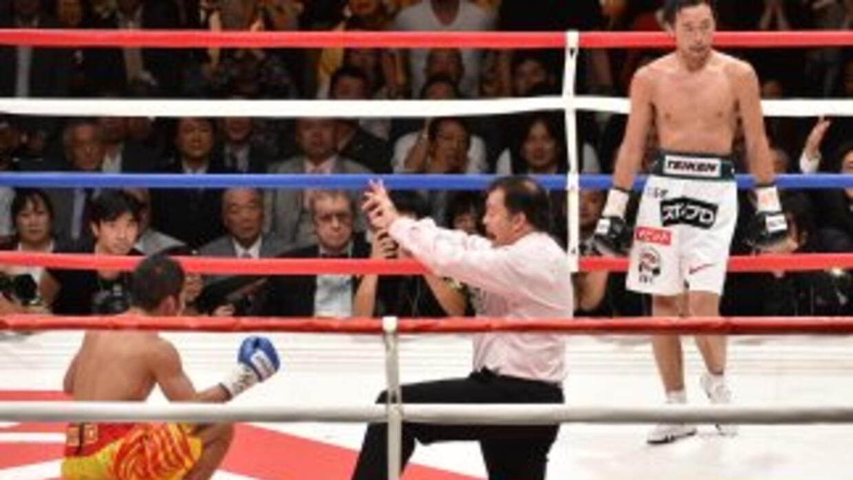 Yamanaka observa a Suriyan Sor Rungvisai en la lona recibiendo la cuenta...