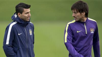 El 'Kun' platicando con Silva durante un entrenamiento del City.