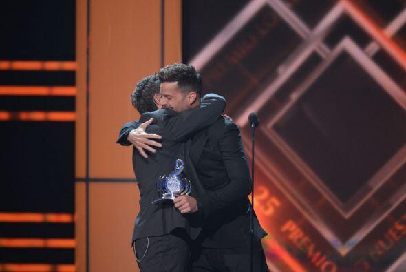 ¡Qué gran abrazo se dieron estos dos astros de la música latina!