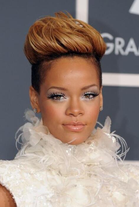 Este corte lo puso de moda la cantante en 2009. Rihanna es de las famosa...