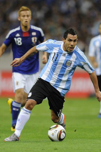 Carlos Tévez y su potencia no fueron suficiente para llegar al gol.