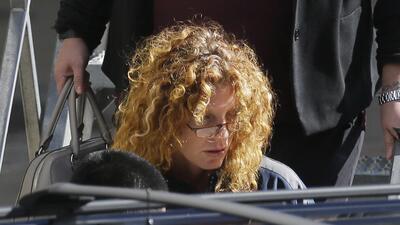 Tonya Couch es escoltada a un vehículo tras su llegada al aeropuerto int...