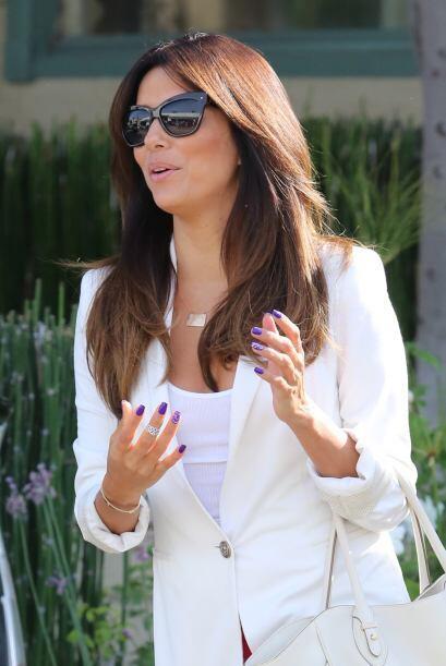 La famosa llevaba una elegante chaqueta blanca que hacía juego con su bo...