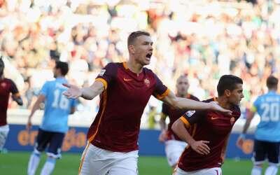 Roma se lleva derbi romano, Inter es líder