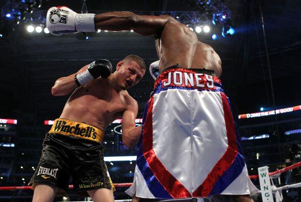 Mike Jones (de blanco) derrotó a Jesús Soto-Karass (negro y amarillo) po...