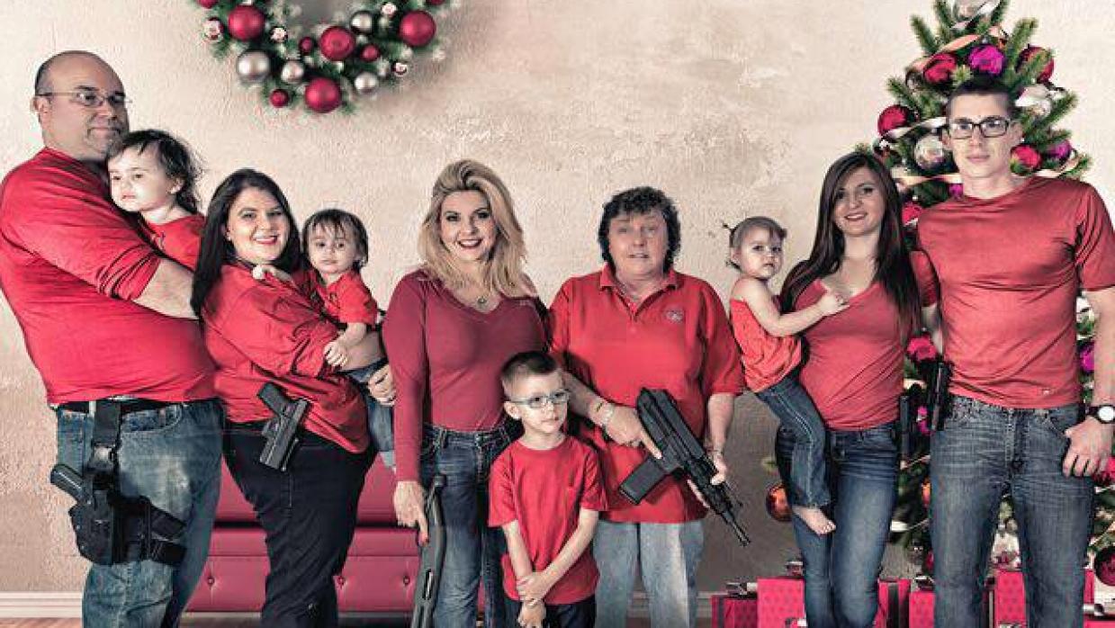 En la imagen, detalla el arma que porta cada miembro de izquierda a derecha