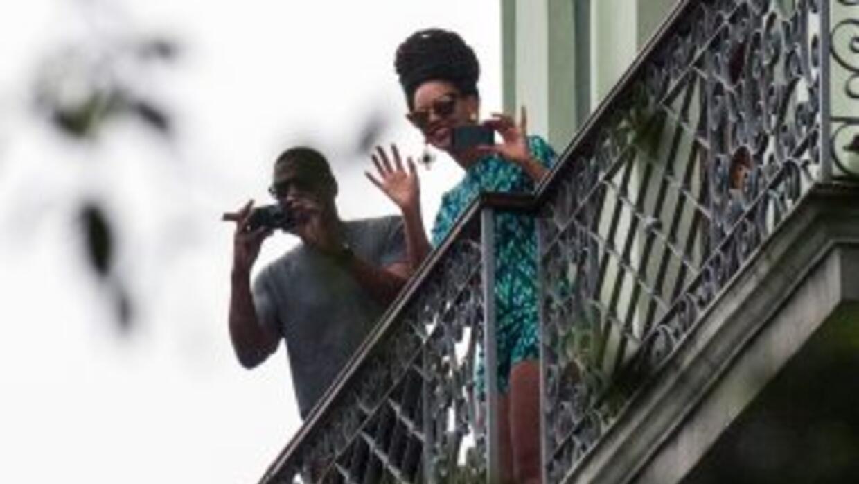 El viernes, 5 de abril, la pareja fue vista desde este balcón del Hotel...