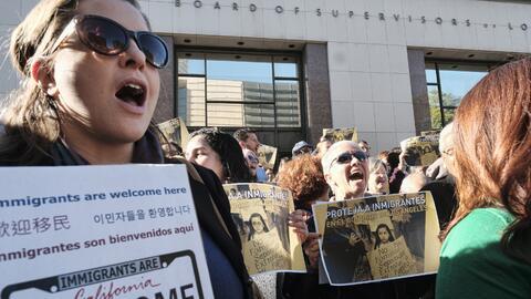 Manifestantes expresan su apoyo a inmigrantes en las escalinatas de la s...
