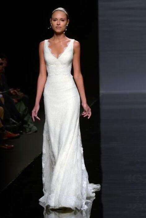 Un vestido corte A, de escote pronunciado, ceñido en la cintura y con te...