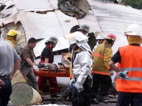 Un avión estatal de pasajeros se estrelló el lunes en la r...