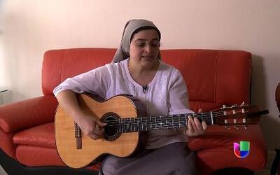 La hermana Glenda, una monja que con su guitarra logró tener miles de se...