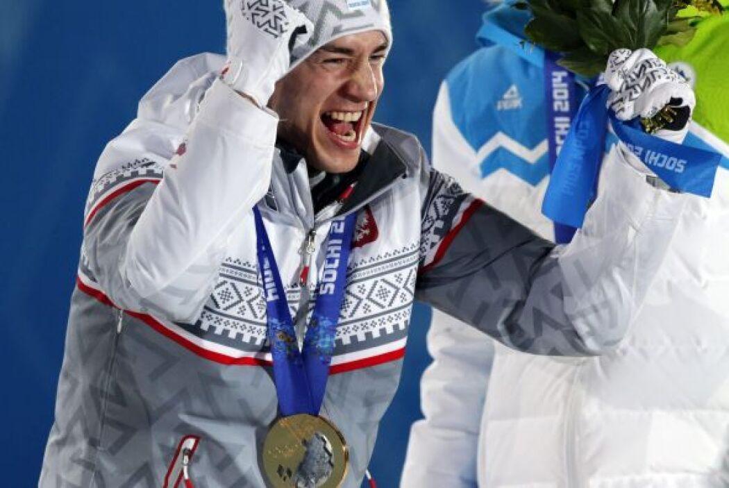 El esquiador polaco Kamil Stoch celebra en el podio la medalla de oro co...