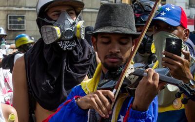 Músico venezolano, a quien militares le rompieron su violín, sigue ganan...