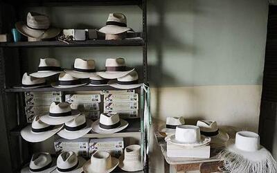 """Uno de los """"souvenirs"""" más comunes en Ecuador son los sombreros de toqui..."""