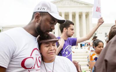Una inmigrante indocumentada llora en las afueras de la Corte Suprema tr...