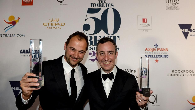 Daniel Humm (i) y Will Guidara (d) celebran el galardón del mejor...