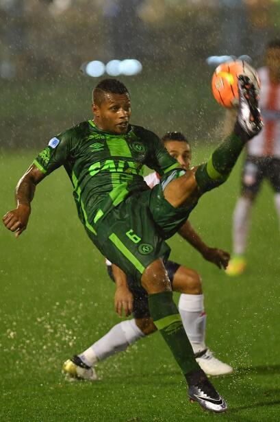 Dener jugaba como lateral izquierdo del Chapecoense y jugó para equipos...