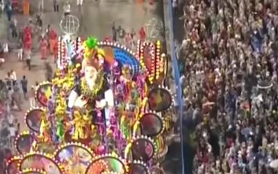 Caos en el carnaval de Río de Janeiro por una carroza sin control que em...