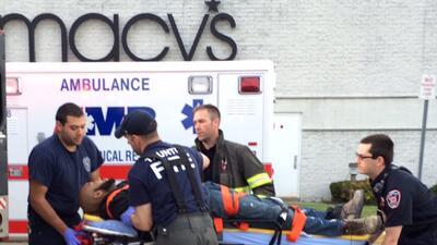 Traslado de uno de los heridos en ambulancia