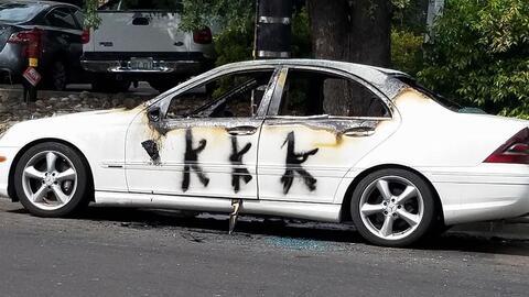 Un auto vandalizado con las siglas del Ku Klux Klan