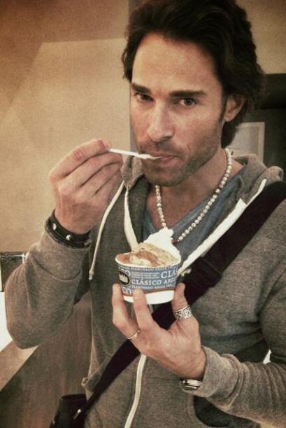 """Hasta disfrutó de un rico helado. """"El gran momento...Tomando mi helado!!..."""