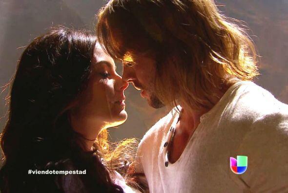 Algunas parejas de  telenovela han logrado incendiar la pantalla con sus...