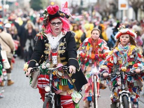 Gente disfrazada participa en el tradicional Weiberfastnacht, o carnaval...