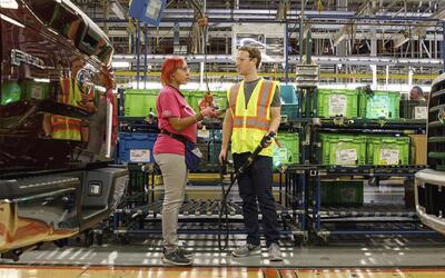 Mark Zuckerberg construye camiones en Detroit