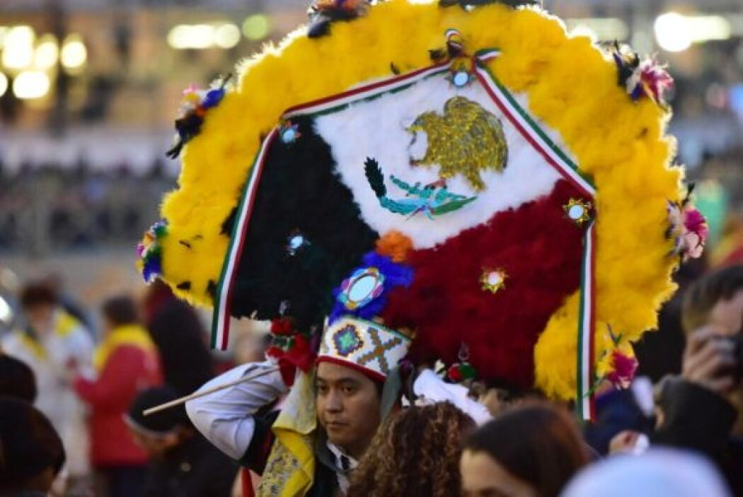 Por ejemplo, éste que porta un penacho con la bandera mexicana.