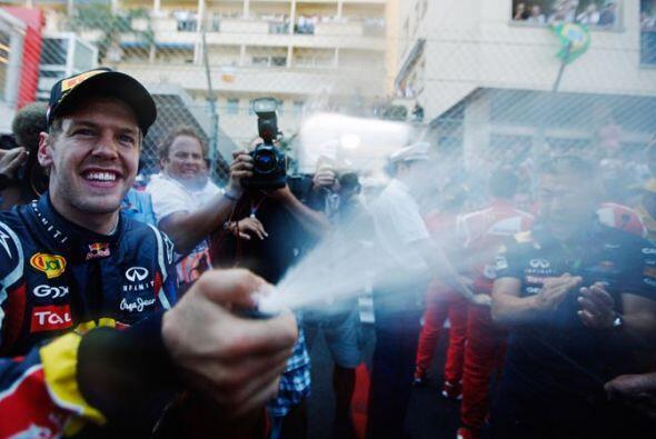 Vettel celebró su primera victoria en el legendario circuito call...
