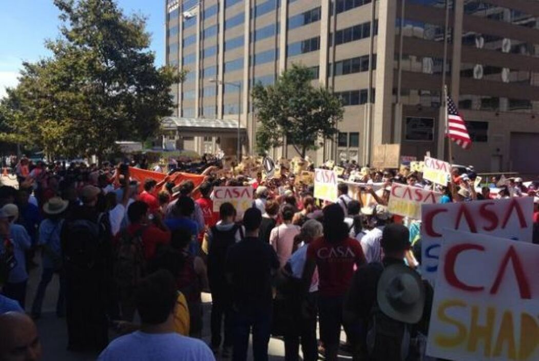 Después de la concentración frente a las oficinas de ICE, la marcha se d...