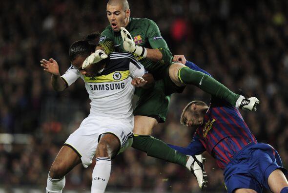 En una jugada extraña, Valdés chocó con Piqué y Drogba.