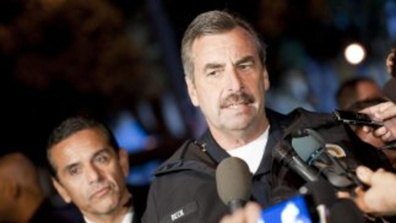Charlie Beck (derecha), jefe del Departamento de Policía de Los Angeles...